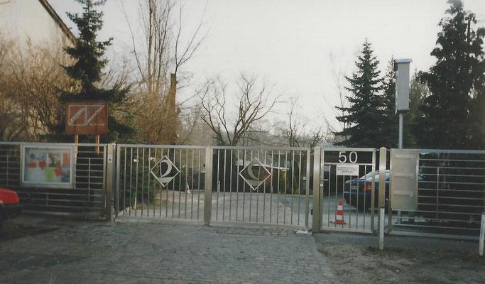 Unser neues Firmentor ist fertig im November 1999