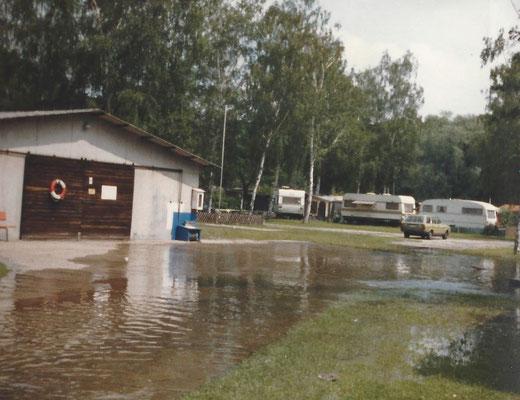 Das Hochwasser reicht bis an die Halle heran