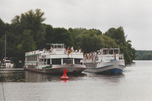 Die havarierte Lichtenberg wird von der Hanseatik abgeschleppt am 14. Juni 2000
