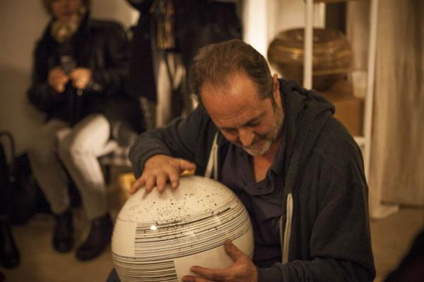Il Maestro Leonardo Gensini improvvisa una performance durante il vernissage di Ceramici