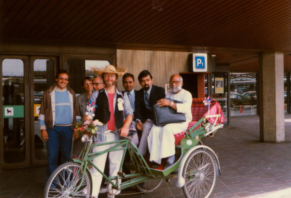 Sri S.V. Govindan being received at the Berlin airport by an Indian cycle rikshaw, 1986. Also in the picture: the Indian Consul General and Consulate staff.