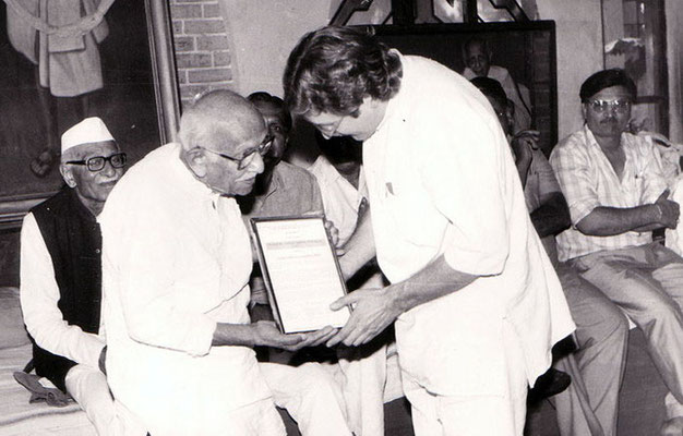 Peter Rühe receiving a citation by Prabhudasbhai Gandhi at Rashtriyashala, Rajkot, 1992. Left: Purushottam Gandhi