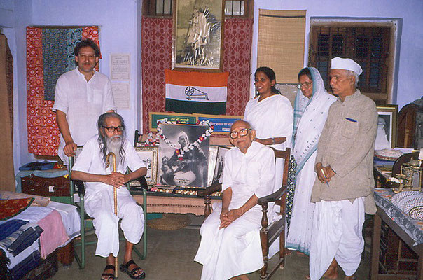 Peter Rühe standing behind Shivaji Bhave (brother of Vinoba Bhave) and Shail (Brahma Vidya Mandir) standing behind Prabhudasbhai Gandhi, Wardha, 1986. Right: Madalsaben Narayan (daughter of Jamnalal Bajaj, wife of Shriman Narayan) and a journalist