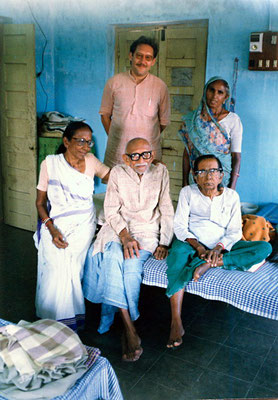 Peter Rühe with his mentor, Gandhi's grand nephew Prabhudasbhai Gandhi, PG's wife Amba (right) and daughter Indira (left) at Paldi/Gujarat, 1993