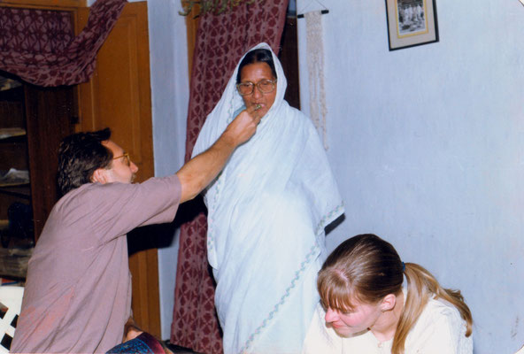 Engagement ceremony with Susanne in the house of Madalsabehn Bajaj (feeded with sweets) in Gopuri, India, 1993.
