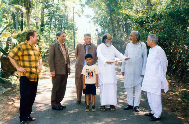 Peter Rühe, Dr. Y.P. Anand (director, National Gandhi Museum, Delhi), Prof. Gangrade (vice-president, Gandhi Smriti and Darshan Samiti, Delhi), Mr. Vishwanatan (founder Mitraniketan, nr. Tiruvananthapuram) and Dr. R.P. Misra at Mitraniketan, 2002