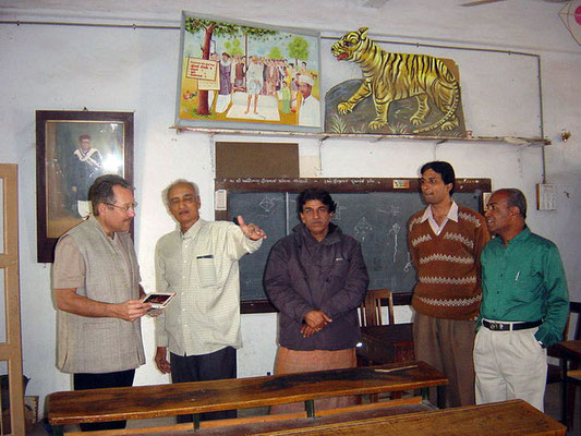 Peter Rühe during his visit of a school for the blind inaugurated by Mahatma Gandhi, Ahmedabad, 2004. Center: Dr. Arvind Ghosalkar (director, Tribal Museum, Gujarat Vidya Pith)
