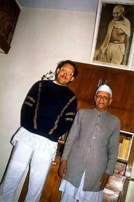 Peter Rühe and ashramite Anand Hingorani in his flat at Delhi, 1989