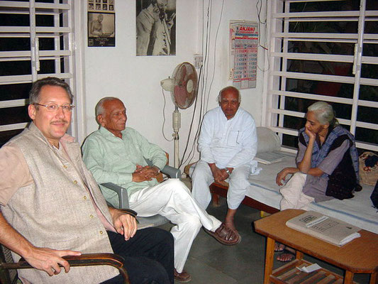 Peter Rühe, veteran freedom fighter Chunibhai Vaidya, Amruthbhai Modi (secretary, Sabarmati Ashram) and Dina Patel (from left), Ahmedabad, 2004