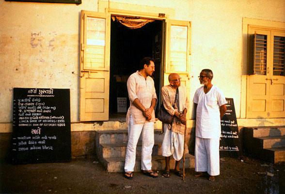 Peter Rühe, Prabhudasbhai Gandhi and Mahendrabhai Meghani (Lok Milap Trust) at Bhavnagar, 1991