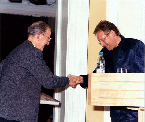 "Cecil Evans (The Gandhi Foundation, London) congratulates Peter Rühe on the occasion of the release of his photo biography ""Gandhi"", Nehru Centre, London, 2001"
