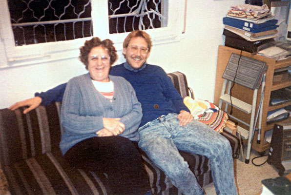 Dr. Isa Sarid (grand niece of Dr. Hermann Kallenbach) and Peter Rühe at her house in Haifa/Israel, 1989