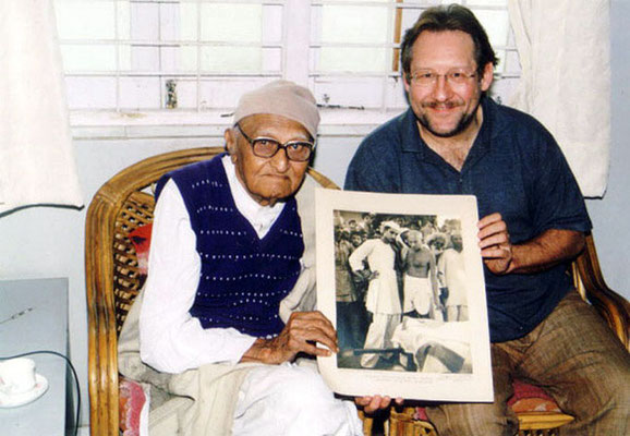 Peter Rühe and Gandhi's photographer Jagan Mehta, Ahmedabad, 2002