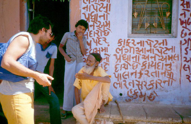 "Peter Rühe talking to a ""Mahatma"" in a small village in Gujarat, 1986"