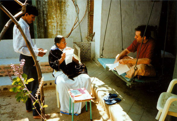 Madalsaben Narayan (daughter of Jamnalal Bajaj, wife of Shriman Narayan) talking with Peter Rühe in her house at Wardha, 1994