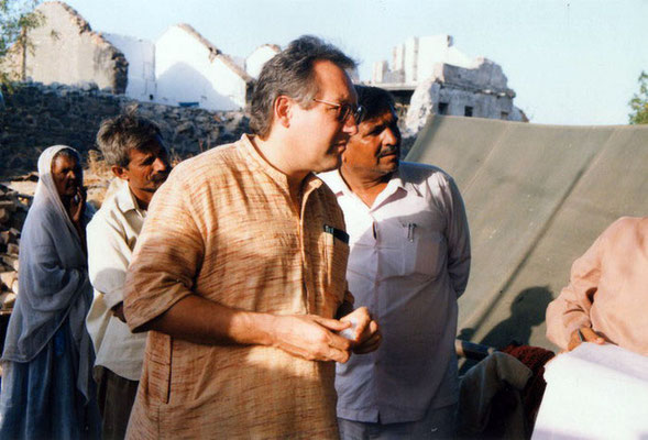 Peter Rühe talking to surviving locals after the Gujarat Earthquake, 2001