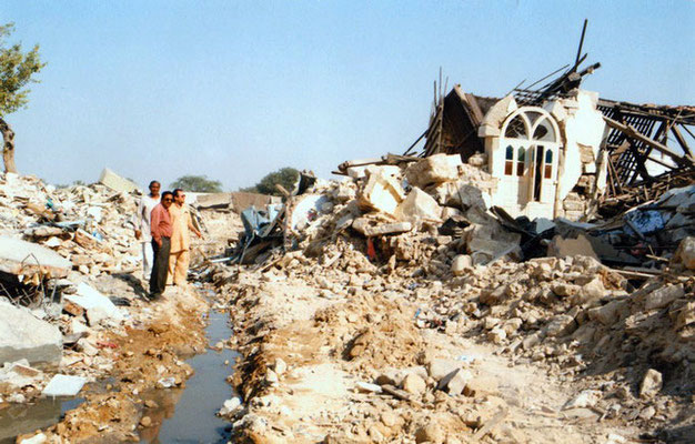 Peter Rühe with sarvodaya worker Himmatbhai Goda and his son Yogesh amidst the debris of the Gujarat Earthquake, 2001