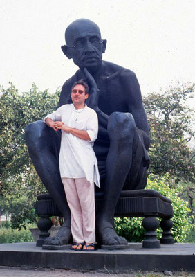 Peter Rühe underneath a Gandhi statue at Delhi, 1994
