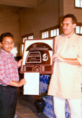 "Peter Rühe and the winner of the first drawing competition ""Mahatma Gandhi – As I See Him"" at the Gandhian school Kadvibhai Virani Kanya Vidyalay, Rajkot, 1991"
