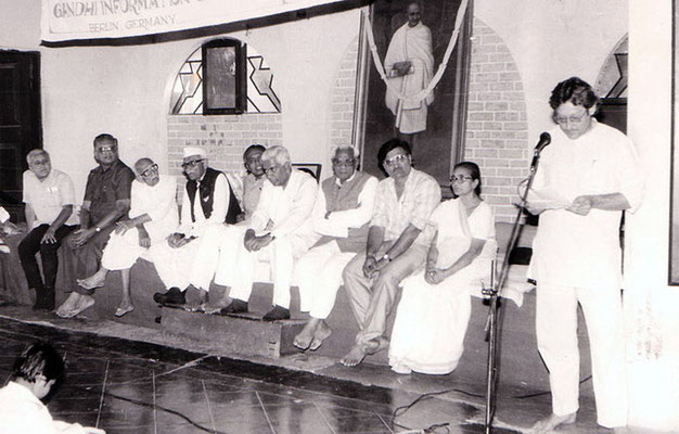 Peter Rühe delivering a speech after receiving an award for his life work from the Gujarati Writers' Association at Rashtriyashala, Rajkot, 1992, in the presence of Abhaben Gandhi (2nd right), Vajubhai Vada (5th right), Purushottam Gandhi (7th right) and