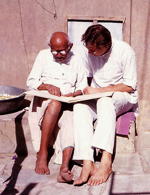 Peter Rühe interacting with his mentor, Gandhi's grand nephew, Prabhudasbhai Gandhi, at Rashtriyashala, Rajkot, 1986