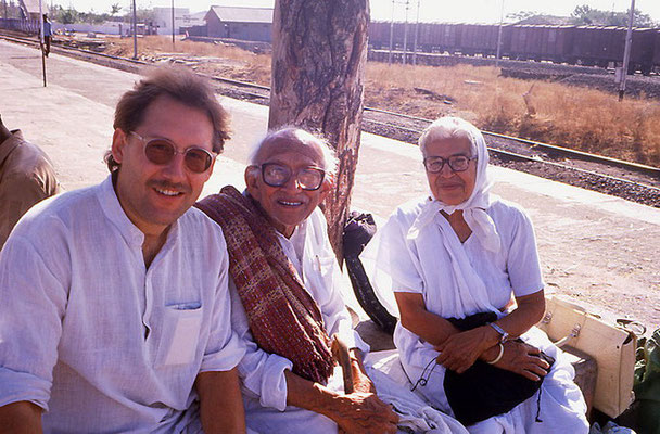 Peter Rühe, his mentor, Gandhi's grand nephew, Prabhudasbhai Gandhi and Gandhi's daughter-in-law, Nirmala Gandhi, Wardha, 1986