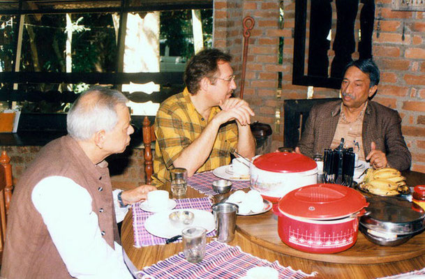Peter Rühe talking with Dr. Y.P. Anand (director, National Gandhi Museum, Delhi) and Prof. Gangrade (vice-president, Gandhi Smriti and Darshan Samiti, Delhi) at Mitraniketan, 2002