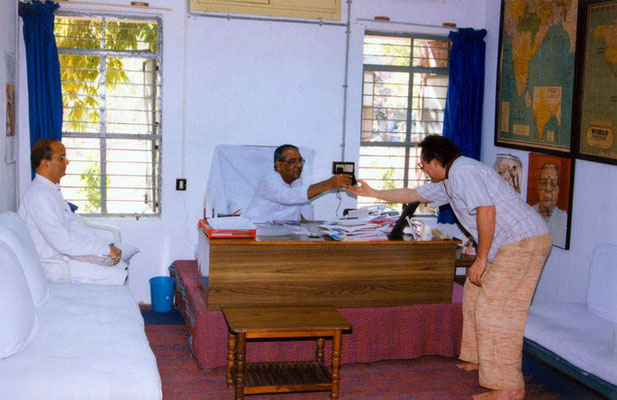 Peter Rühe meeting the then vice-chairman of Gujarat Vidya Pith, Jitendra Desai (Navajivan Trust), at his office in Ahmedabad, 2001. Left: Kapilbhai