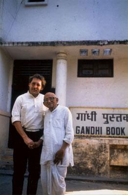 With Prabhudasbhai Gandhi in front of Gandhi Book House, New Delhi, 1989.