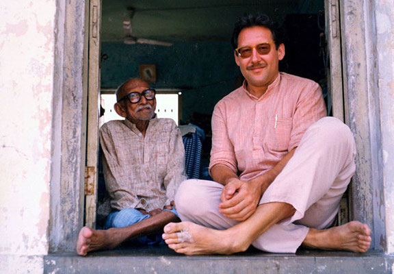 Peter Rühe with his mentor, Gandhi's grand nephew Prabhudasbhai Gandhi at Paldi/Gujarat, 1993