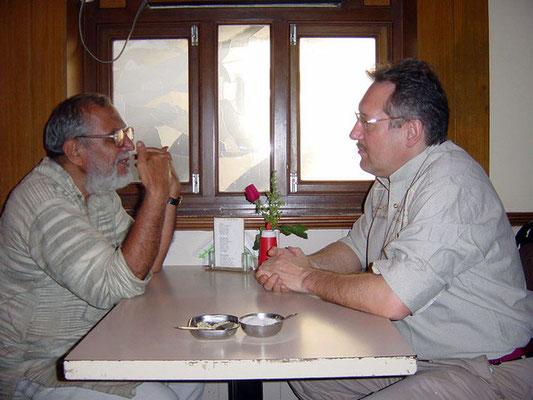 Peter Rühe talking with Tulsidasbhai Somaiya (Bombay Sarvodaya Mandal, Gandhi Book House), Mumbai, 2004