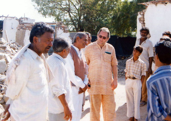 Peter Rühe and sarvodaya workers talking to surviving locals after the Gujarat Earthquake, 2001