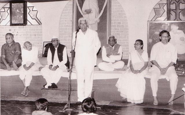 During the award ceremony for life achievements from the Gujarati Writer's Association at Rashtriyashala, Rajkot, 1993. Speaking: Vajubhai Vala, then mayor of Rajkot. Second right: Abhabehn Gandhi. Second right: Prabhudas and Purushottam Gandhi.