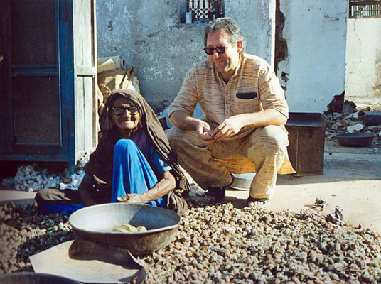 Peter Rühe with a surviving victim of the Gujarat Earthquake, Mahendrapur/Gujarat, 2001