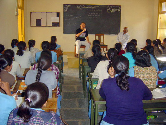 Peter Rühe speaking to students of the Gandhian school Kadvibhai Virani Kanya Vidyalay at Rajkot, 2004