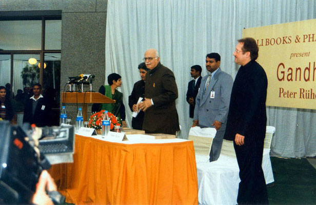 "Peter Rühe with guest of honour, L.K. Advani, during the release of his photo biography ""Gandhi"" at the India International Centre, Delhi, 28 January 2002"