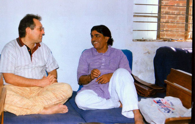 Peter Rühe talking with Dr. Arvind Ghosalkar (director, Tribal Museum, Gujarat Vidya Pith), Ahmedabad, 2001