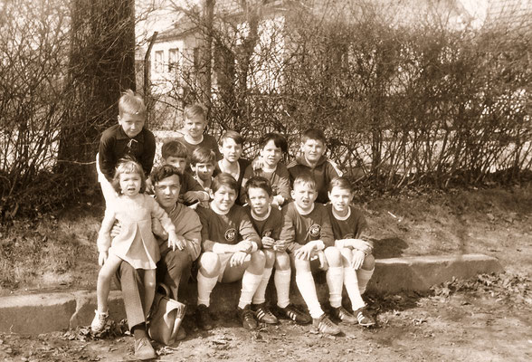 With his football team of Polizei SV and sister Corinna, 1968.