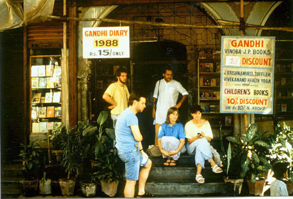 "Peter Rühe (back) with participants of the group tour ""In the Footsteps of Mahatma Gandhi"" in front of Bombay Sarvodaya Mandal, Mumbai, 1987"