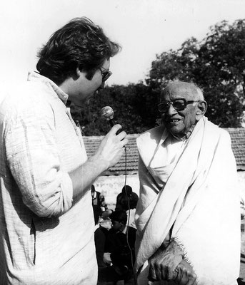 "Peter Rühe interviewing his mentor, Gandhi's grand nephew, Prabhudasbhai Gandhi, during the second drawing competition ""Mahatma Gandhi – As I See Him"", Rajkot, 1992"