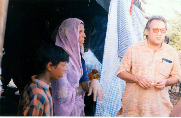 Peter Rühe talking to a surviving victim after the Gujarat Earthquake, 2001