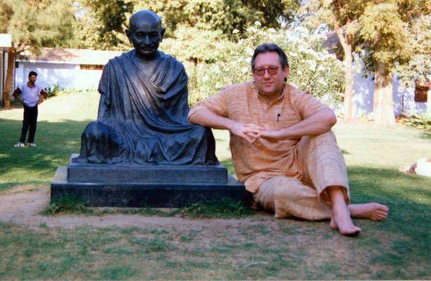 Peter Rühe sitting next to the Gandhi sculpture at Sabarmati Ashram, Ahmedabad, 2001