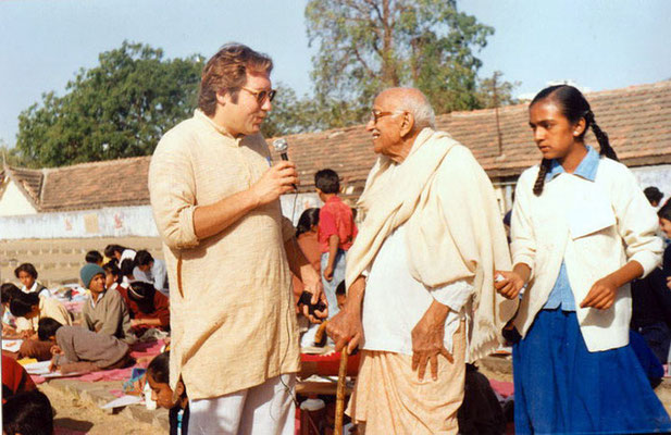 "Peter Rühe interviewing veteran freedom fighter, Gandhi's grand nephew, Prabhudasbhai Gandhi, during the drawing competition ""Mahatma Gandhi – As I See Him"" at Rajkot, 1992"