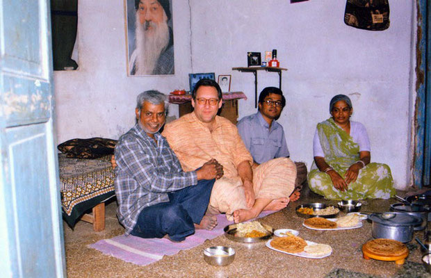 Peter Rühe with his Harijan friend Chaganlal Parmar and his family in Ahmedabad, 2001