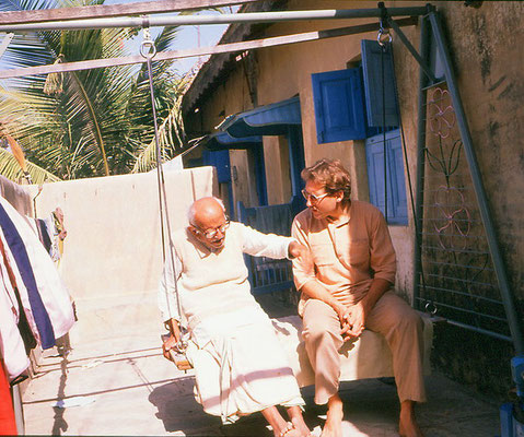 Peter Rühe talking with his mentor, Gandhi's grand nephew, Prabhudasbhai Gandhi, at Rashtriyashala, Rajkot, 1986