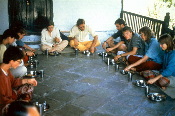 "Peter Rühe (back centre) with participants of the group tour ""In the Footsteps of Mahatma Gandhi"" enjoying lunch, Kasturbadham/Gujarat, 1987"