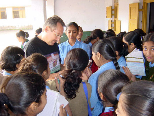 Peter Rühe interacting with students of the Gandhian school Kadvibhai Virani Kanya Vidyalay at Rajkot, 2004