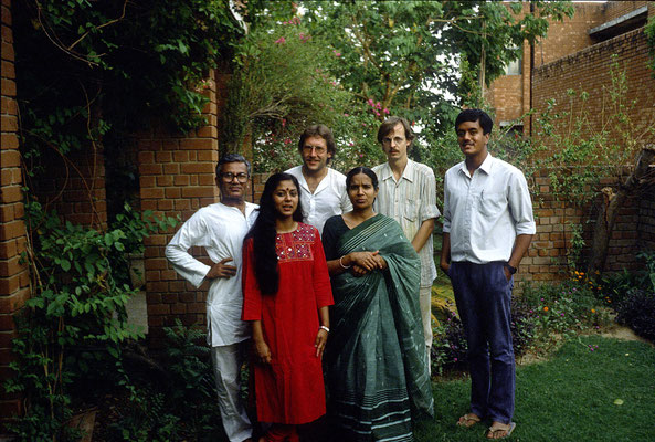With the former Indian Consul General to Germany, Mr. Chakravarty, and his family in New Delhi, 1985. Second right: Christian Bartolf (co-worker at GIZ).