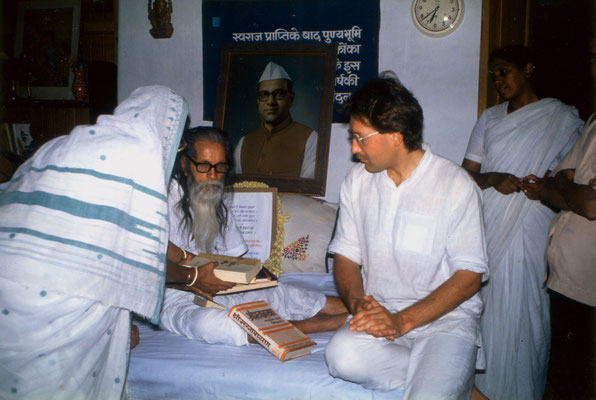 With Shivaji Bhave, the brother of Vinoba Bhave, in the house of Madalsabehn Bajaj, Gopuri, 1989. Left: Madalsabehn, right: Shail, member of Vinoba's ashram Brahma Vidya Mandir, Paunar.