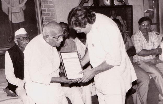 Receiving the life achievement award of the Gujarati Writer's Association from the hands of Prabhudasbhai Gandhi at Rashtriyashala, Rajkot, 1993.